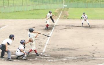 決勝で熱戦を繰り広げる加賀と高陽の選手たち