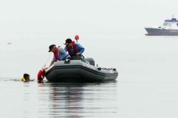 水難者を救助する訓練に取り組む県警水上警察隊員(滋賀県高島市安曇川町下小川・近江白浜水泳場沖合)