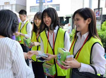 街頭で薬物乱用防止を呼び掛ける学生ら(京都市下京区)