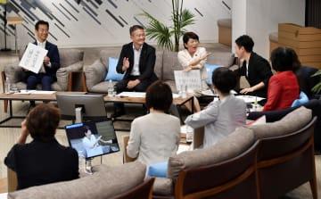 ツイッタージャパンが7政党の国会議員を招き開いた参院選の討論会。インターネット上で生中継された=8日夜、東京都中央区