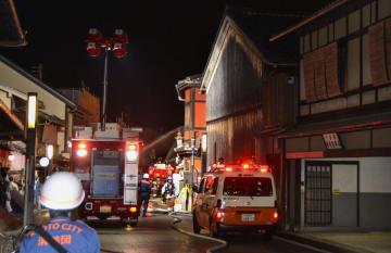 京都・祇園で火災があり、騒然とする現場付近=8日夜