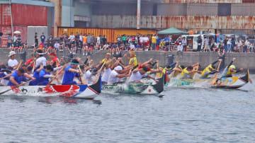 4チームがかいさばきを競った土井首地区ペーロン競漕大会=長崎港土井首海岸