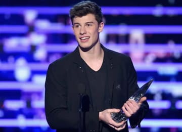 LOS ANGELES, CA - JANUARY 06: Singer Shawn Mendes accepts Favorite Breakout Artist award onstage during the People's Choice Awards 2016 at Microsoft Theater on January 6, 2016 in Los Angeles, California. (Photo by Kevin Winter/Getty Images)