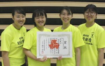 女子団体フルーレで準優勝した翔青=昭和電工武道スポーツセンター
