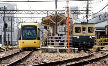 えちぜん鉄道の次世代型低床車両「キーボ」(左)と福井鉄道の車両=福井県鯖江市の福鉄神明駅