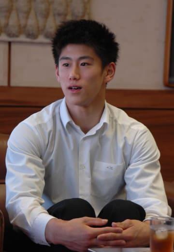 「日本代表として、高校生らしい若さあふれる演技で勢いをつけたい」と話す橋本選手=8日、成田市役所