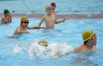 久しぶりの水遊びを楽しむ子どもたち