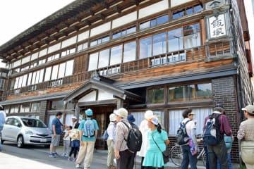 大正時代の1925年に建てられた飯塚旅館の建物は、温湯温泉のカオの建物の一つ