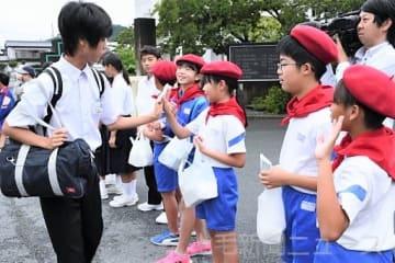 中学生に交通安全を呼び掛ける交通少年団員ら