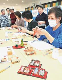 和紙の小箱作りに挑戦する参加者たち