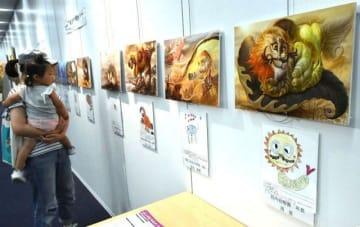子どもの絵と内尾さんのイラストが並ぶ「夢のいきもの」過去受賞作品展