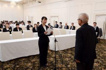 新規就職者を代表してお礼の言葉を述べる山口藍栗さん(左)=人吉市