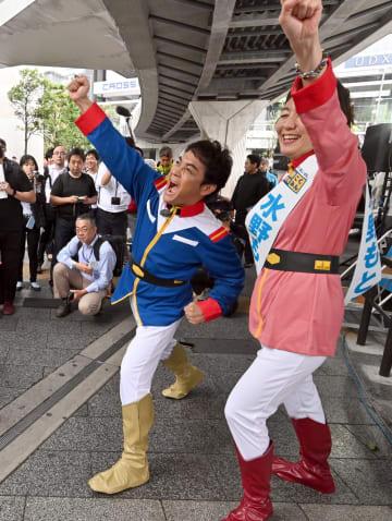 「アムロ・レイ」のコスプレで登場した玉木雄一郎氏(左)(写真:Natsuki Sakai/アフロ)