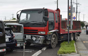 宇都宮市の保育園駐車場に突っ込んだトラック=9日午後1時12分