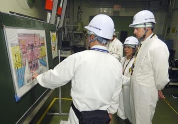 東海再処理施設の分離精製工場を視察するスチュアート・レイサム氏(右)=9日午前、茨城県東海村