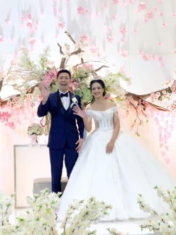 「インドネシア住みます芸人」のアキラ・コンチネンタル・フィーバーさん(左)とJKT48元メンバーでモデルのディアスタ・プリスワリニさん(右)。7月6日に結婚式を挙げた