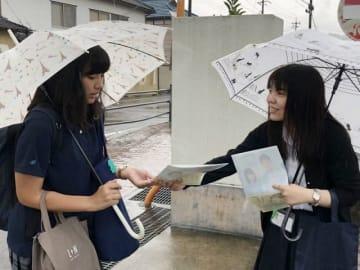 邑久高生徒に参院選の投票を呼び掛ける市選管職員(右)