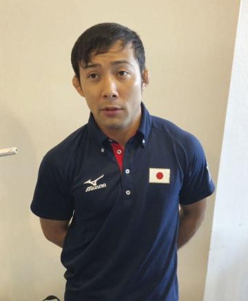 柔道グランプリ大会から帰国し、取材に応じる男子60キロ級の高藤直寿=9日、成田空港