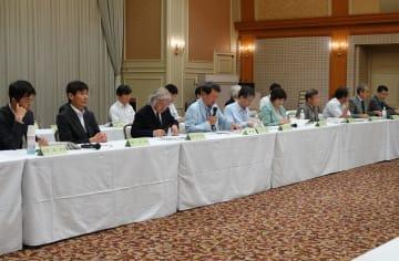 会合終了後に記者会見する委員ら