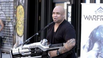 『Warframe』の武器が現実で動作したら…?「OPTICOR」を手にした通行人は破壊力に呆然