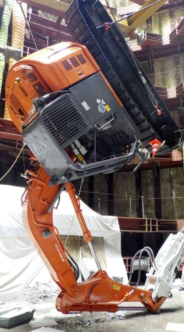 新潟県の東京電力柏崎刈羽原発7号機の屋外で、テロ対策工事中に宙づりになった重機=9日午後(東京電力提供)