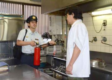 飲食店で防火指導を行う東山消防署員(京都市東山区)