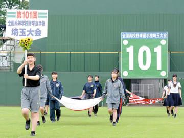 開会式を翌日に控え、入場行進の練習をする各校の女子生徒ら=9日午後、県営大宮球場