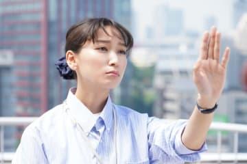 杏、左手を意味深に眺める - 提供:日本テレビ