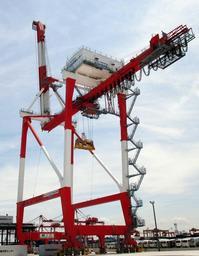 遠くから見た姿から「キリン」との愛称もあるガントリークレーン=神戸市中央区港島9(神戸運輸監理部提供)