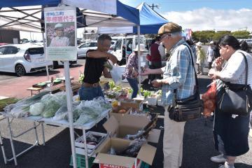 気軽に対面販売を楽しめる常陸太田市の朝市(6月16日撮影)