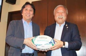日本協会長・森重隆氏(右)と元日本代表主将・松尾雄治氏
