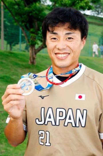 銀メダルを手に笑顔を見せる愛媛ウエストの池田寛人主将=4日、東温市総合公園