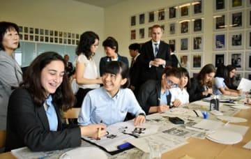 書道を通して交流する団員の中学生とホーランドパーク・スクールの生徒