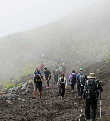 山開きを迎えた富士山静岡県側登山道の富士宮ルート=10日午前9時40分ごろ