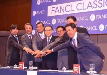 ファンケルの池森会長(中央)を中心に健闘を誓ったプロ6選手 =東京都港区
