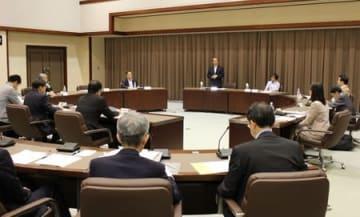 職員の給与や補助金の在り方などについて議論した県行財政改革有識者会議=9日、新潟市中央区