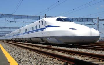 バッテリーによる走行試験を行う東海道新幹線の新型車両「N700S」=10日午前、静岡県三島市