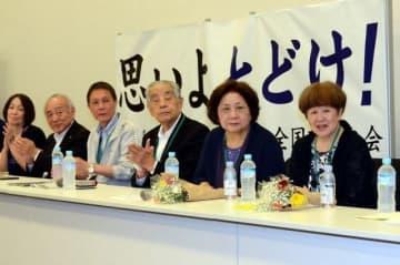 ハンセン病家族訴訟で首相が控訴しないことを表明し、記者会見に臨む黄光男さん(左から3人目)と原田信子さん(右端)=9日、国会内