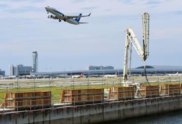 報道陣に公開された、関西空港の1期島の護岸かさ上げ工事=10日午後