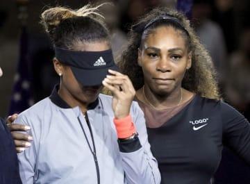 昨年9月の全米オープン女子シングルスの表彰式で、大坂なおみ選手(左)に寄り添うセリーナ・ウィリアムズ選手=ニューヨーク(USA TODAY・ロイター=共同)