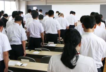 岐阜市教育委員会が開いた市立学校の臨時校長会の冒頭に黙とうをささげる校長ら=10日午後、岐阜市
