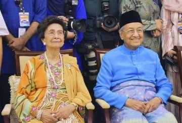 クアラルンプール近郊の首相公邸で、記念撮影に応じるマハティール首相夫妻=6月(共同)