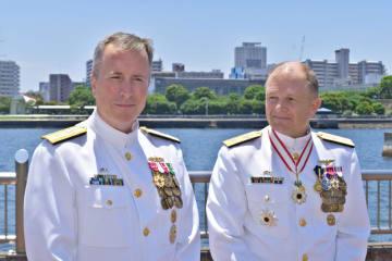 新司令官に就任したフォート少将(左)と前司令官のフェントン少将=米海軍横須賀基地