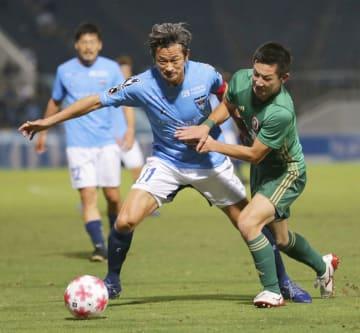横浜FC―仙台大 前半、競り合う横浜FC・三浦(左)と仙台大・藤岡=ニッパツ球技場
