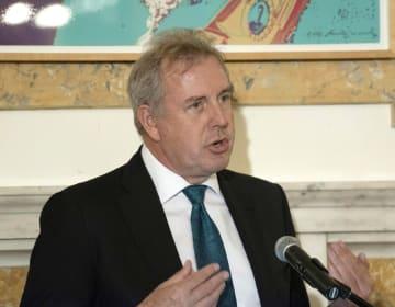 米ワシントンの英国大使館でのイベントで、ホストを務めるダロック駐米大使=2017年10月(AP=共同)