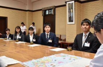 出発を前に知事を表敬訪問したJICAの青年海外協力隊の5人=10日午前、県庁