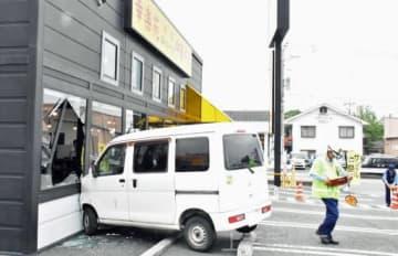 店舗の外壁に衝突した車=10日午後2時ごろ、渋川市有馬