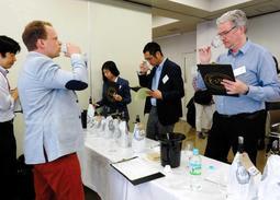 2016年の「インターナショナル・ワイン・チャレンジSAKE部門」では、14カ国の日本酒の専門家が審査した=神戸市東灘区、白鶴酒造
