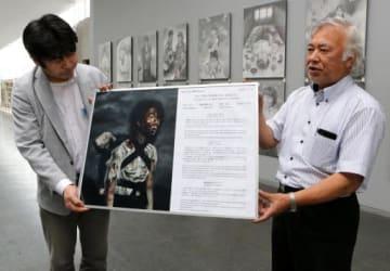「黒い雨」プロジェクト実行委のメンバー(左)に原爆の絵のパネルを手渡す基町高の教諭