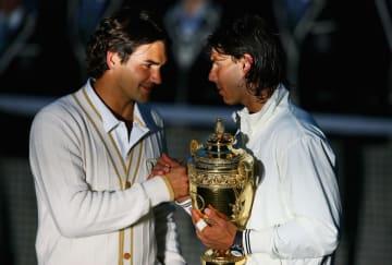 2008年「ウィンブルドン」決勝後のフェデラー(左)とナダル(右)